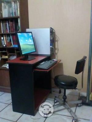 PC escritorio y silla