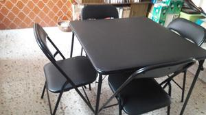 Bonita mesa tubular acojinada con 4 sillas