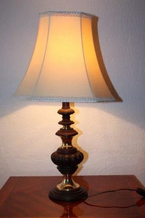 Lámpara de mesa con pantalla de tela y cuerpo de madera