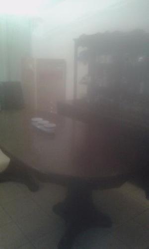 Mesa con vítrina de madera
