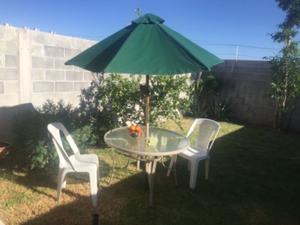 Se vende mesa con sombrilla y sillas para jardín