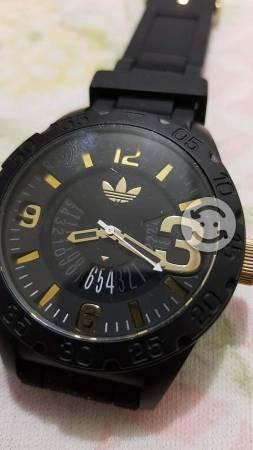 Reloj Adidas original negro c/dorado como nuevo.