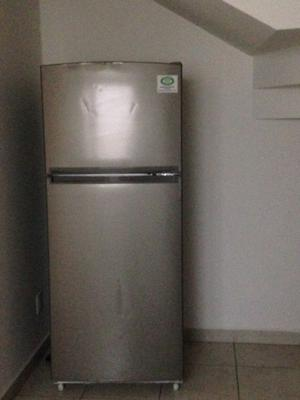 Refrigerador y lavadora usada en remate.