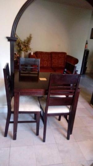 Mesa de madera con cuatro sillas