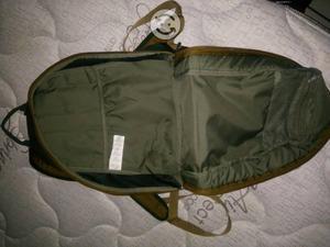 Mochila Nike color verde militar.