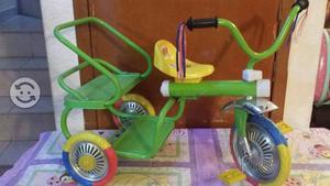 Triciclo doble verde en buen estado