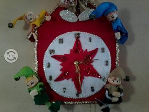 Bella manualudad reloj duendes navideños