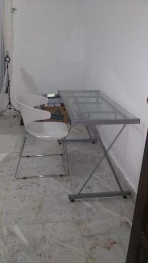 Escritorio de cristal con silla