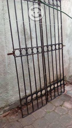 puerta de dos hojas de herrería exterior