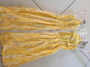 Bonito vestido chico amarillo perfecto