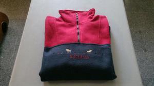 Suéter/sudadera cuello alto, azul con rojo, con zíper,