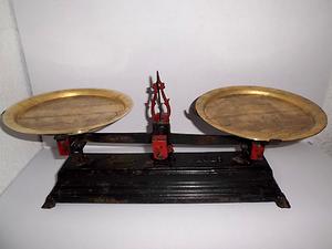 Antigua Balanza de hierro de 5 kilos funcionando
