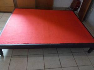 Base Matrimonial de madera forrada en tela roja,con su
