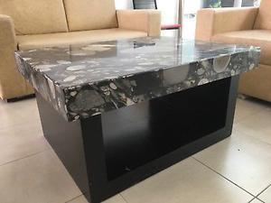 Mesa de centro con cubierta de granito.