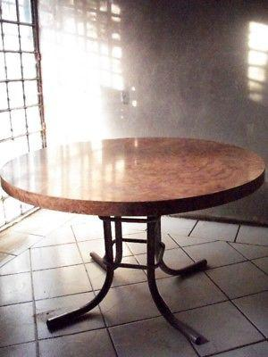 Mesa para cocina, de madera con base de metal.