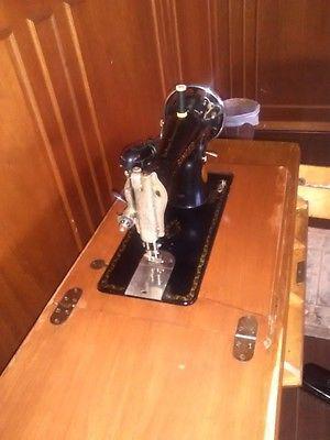 Maquina de coser Singer funciona, con luz, motor y mueble