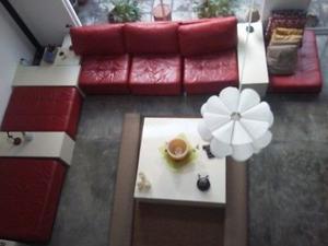 vendo sala de piel color roja con muebles de madera blancos