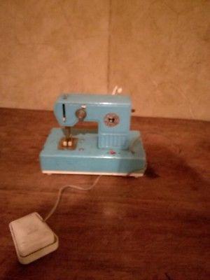 Vendo máquina de coser antigua de niña