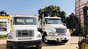 Camión con sistema de Roll Off Freightliner