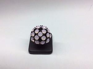 Anillo en color negro con piedras rosas 71/2