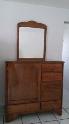 Cómoda de madera con espejo
