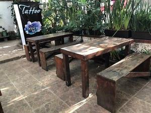 Mesa de madera con dos bancas
