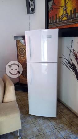 Refrigerador frigidare de 9 pies, seminuevo
