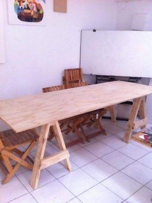 Mesa nueva de madera sin sillas