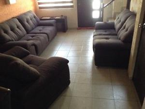 Sala grande,amplia y comoda,de tela suave y fina,color cafe