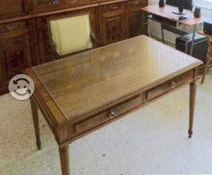 Escritorio antiguo de madera y sillón