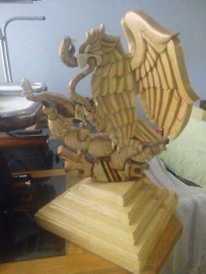 Águila nacional tallada en madera