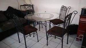 Se vende bonita mesa redonda de vidrio con cuatro sillas