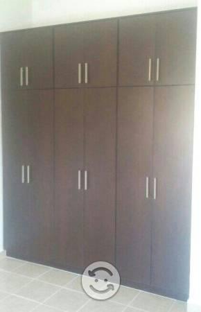 Closet con puertas abatibles color chocolate