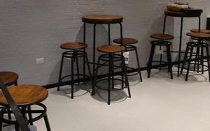Dos mesas altas,cubierta de madera y estructura de acero