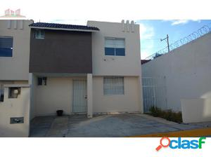 Renta de casa 3 rec. 2 pisos, privada, con muebles