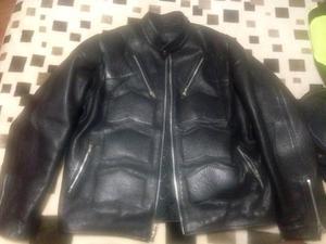 Chamarra de piel negra de motociclista