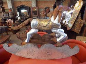 Escultura De Caballo Mecedor De Madera Estilo Antiguo.