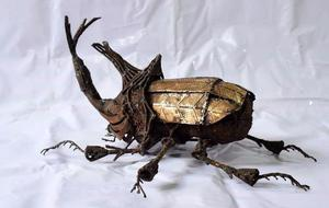 Escultura De Metal De Un Escarabajo Rinoceronte