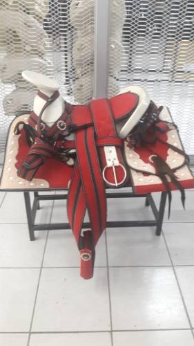 Montura Charra O Silla Para Caballo Cuadrada Rojo/natural