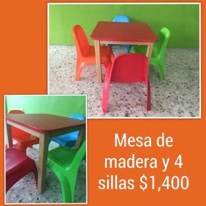 Mesa de madera con 4 sillitas