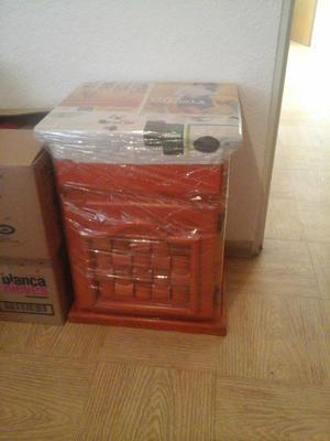 Buro de madera barnizado $150 y silla plegable $120