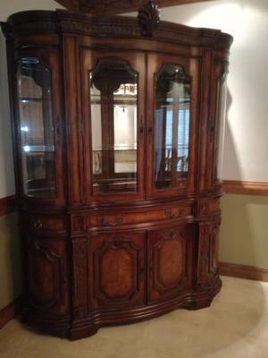 Elegante chifonier de madera fina, con vitrina y cajoneras.