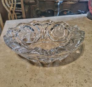 Centro de mesa fabricado en cristal decorado con flores