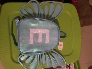 Mochilita con alas de mariposa con letra E