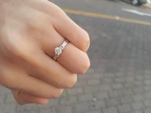 Anillo de matrimonio de oro blanco 14k con diamante