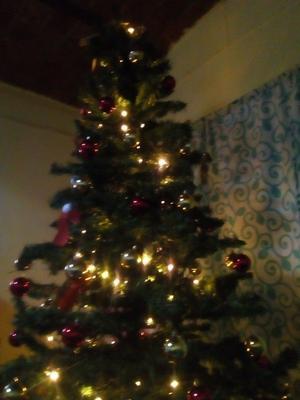 Hermoso árbol de Navidad en color verde