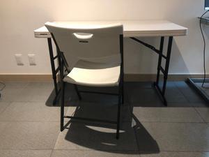 Mesa (Tipo escritorio) y silla.