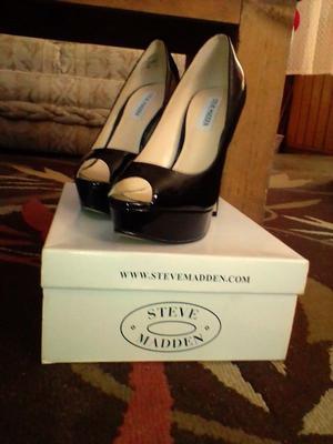 zapatillas de charol negro, marca steve madden, punta