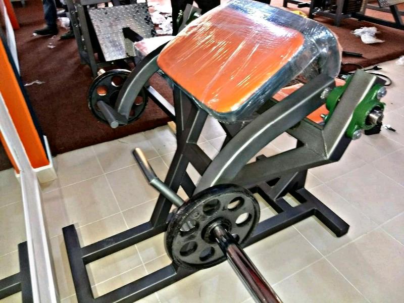 Predicador Isolateral Articulado Peso Libre Cracken Gym