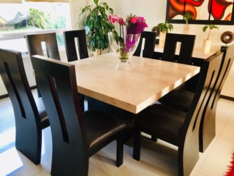 Comedor y bufete de mármol con 8 sillas de chocolate